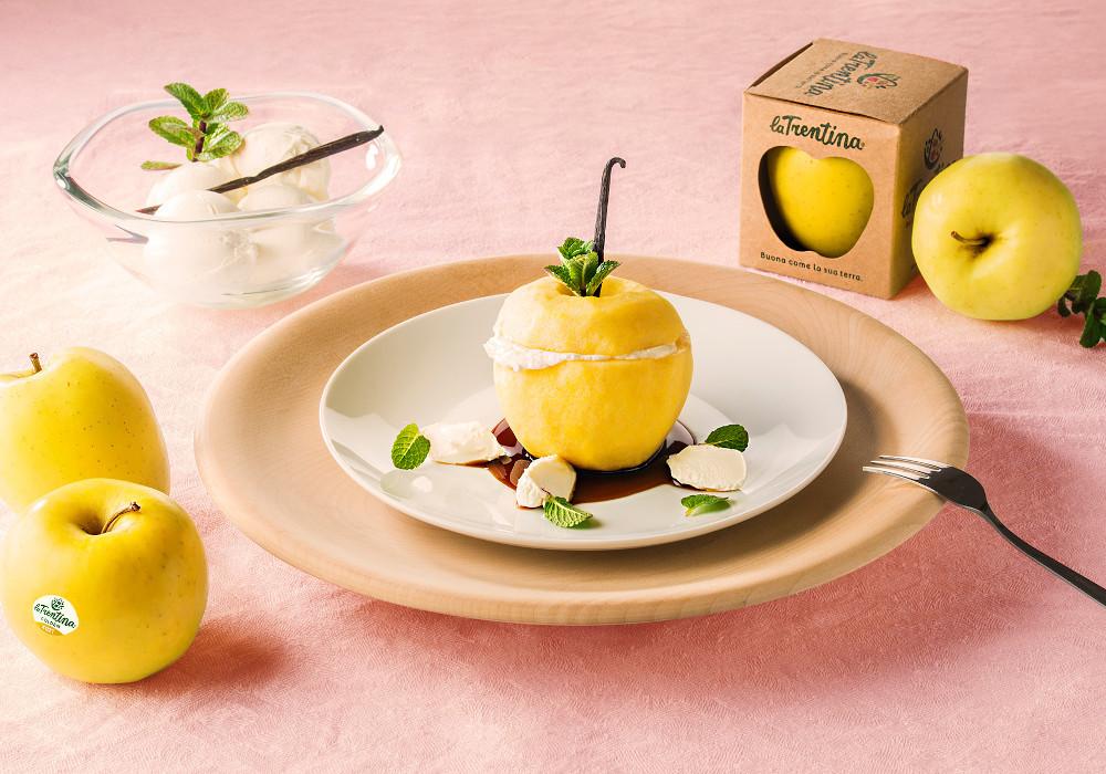 Mela al vapore con gelato alla vaniglia