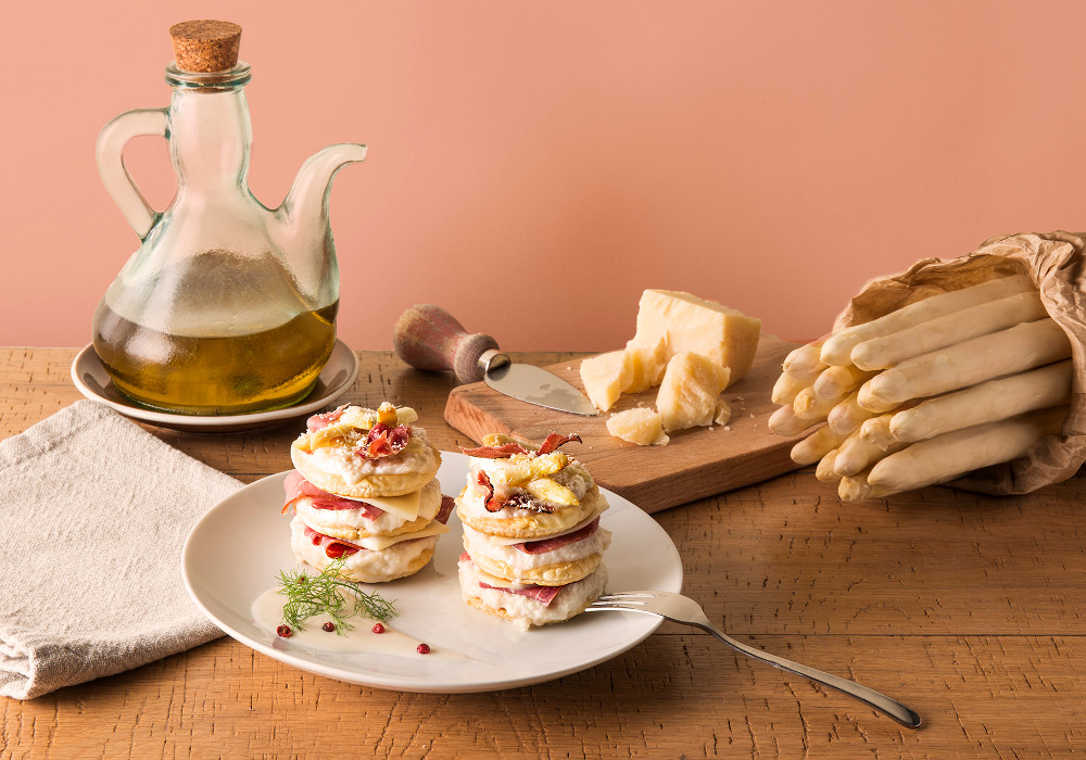 Millefoglie, asparagi, speck cotto e Fontal