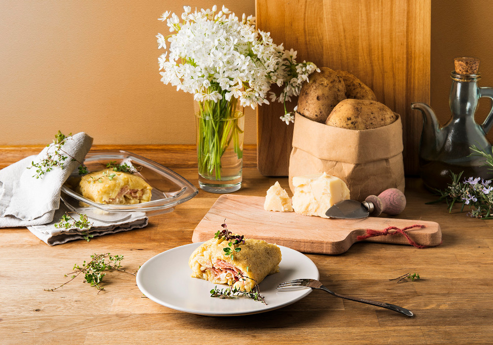 Rotolo di patate, speck cotto e formaggio