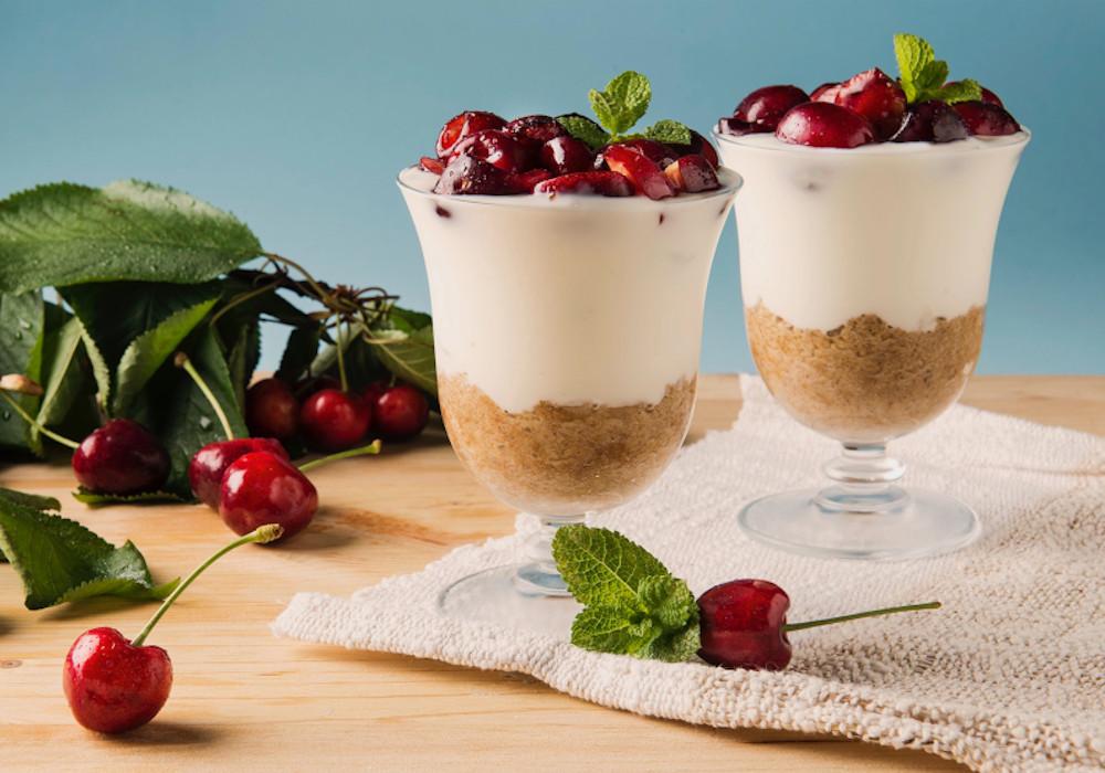 Yogurt e ciliegie al bicchiere